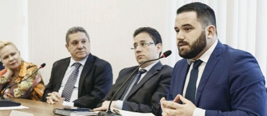 Advogado Ítalo Coelho (ao mic), da Rede Reforma e Sativoteca, é o autor dos pedidos de HC para os pacientes