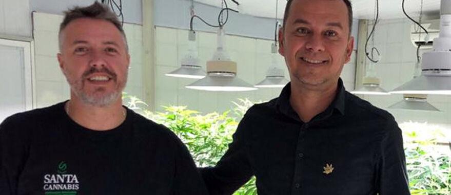 Pedro Sabaciauskis (E), presidente da Santa Cannabis, e Cassiano Teixeira, diretor da Abrace Esperança, em João Pessoa