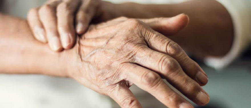 tremor nas mãos causa sintomas tipos tratamentos